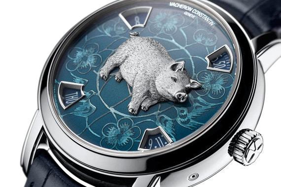 Vacheron Constantin Métiers d'Art The Legend of the Chinese Zodiac Year of the PigЧасы созданы в двух вариантах. В первом корпус и фигурка поросенка выполнены из платины (на фото), во втором - из розового золота. Часы, минуты, дата и день недели отображаются в окошках на отметках один, пять, семь и одиннадцать часов