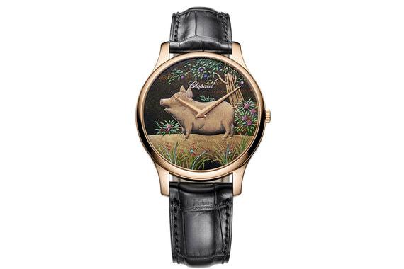 Chopard L.U.C XP Urushi Year of the PigЧасы в корпусе из розового золота, 88 экземпляров. Рисунок нанесен с использованием лака из дерева уруши, которое растет в Японии и Китае: он имеет текстуру, напоминающую мед, и наносится на циферблат слоями