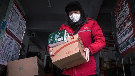 Коронавирус превратил китайских курьеров в героев