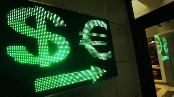 Курс рубля начал значительно снижаться к доллару и евро