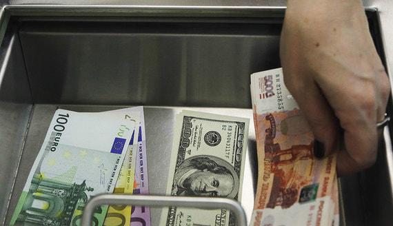 Вкладчики в феврале забрали из банков почти $2 млрд