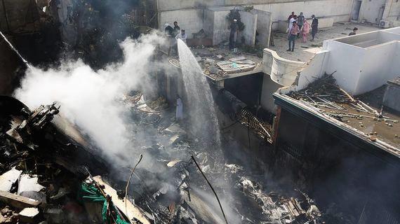 Пассажирский самолет упал на жилой квартал в Пакистане. Фотографии