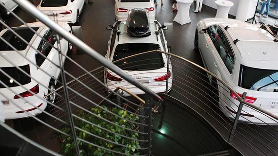 Продажи новых автомобилей в России за май упали вдвое
