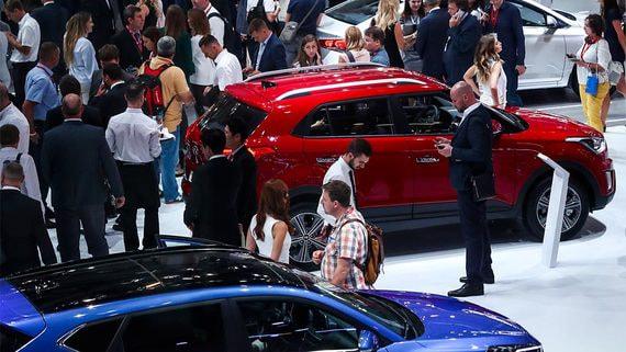 Автодилеры столкнулись с дефицитом из-за простоя заводов