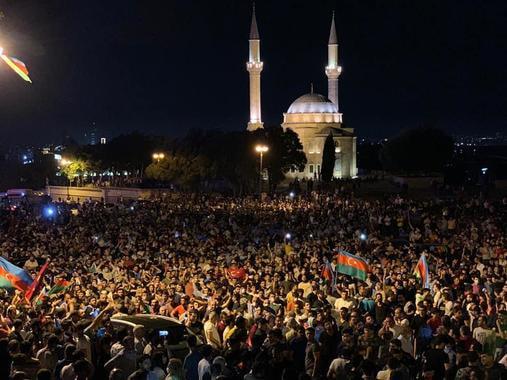 В Азербайджане начались стихийные массовые митинги в поддержку армии