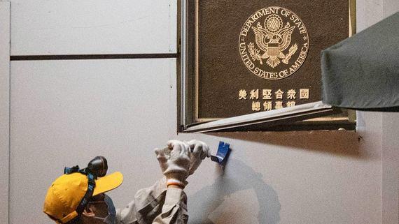 Китай закрывает американское консульство в Чэнду