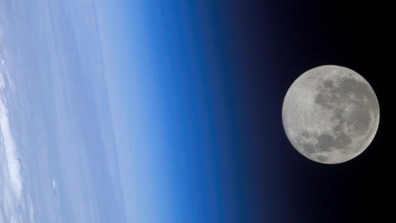 NASA нашло воду на солнечной стороне Луны