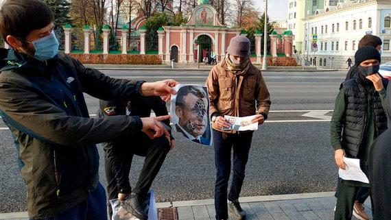 Десятки человек устроили митинг возле посольства Франции в Москве