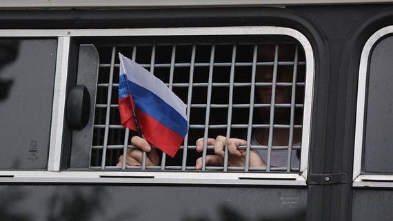 Две трети россиян признают наличие в стране политических заключенных