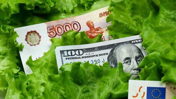 Россияне несут в банки рубли и валюту, несмотря на низкие ставки