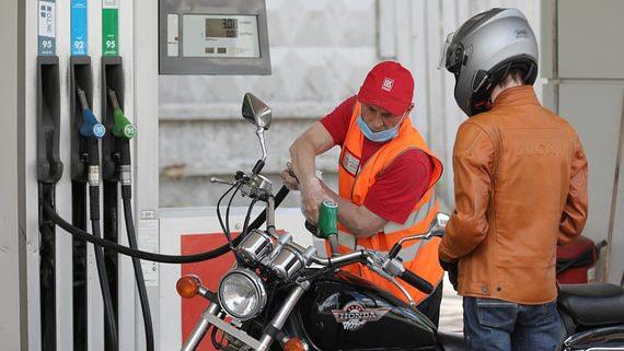 Стоимость бензина на АЗС упала впервые за 1,5 года